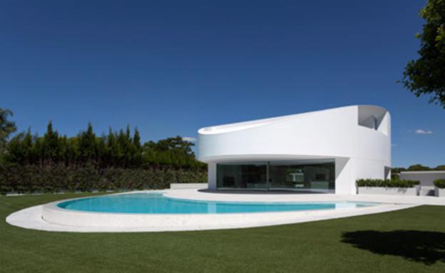 בית עם בריכת סהר (צילום: Diego Opazo)