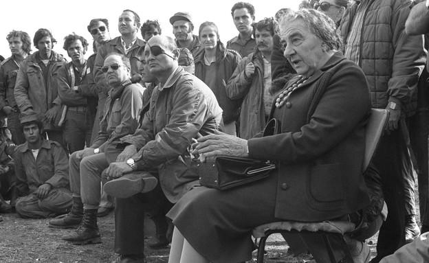 גולדה מאיר ומשה דיין במפגש עם לוחמים, אוקטובר 1973 (צילום: Getty Images, GettyImages IL)