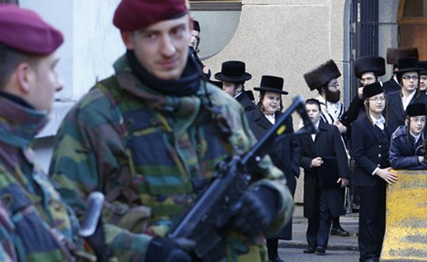 """""""להילחם בטרוריסטים יחד"""" (צילום: רויטרס)"""