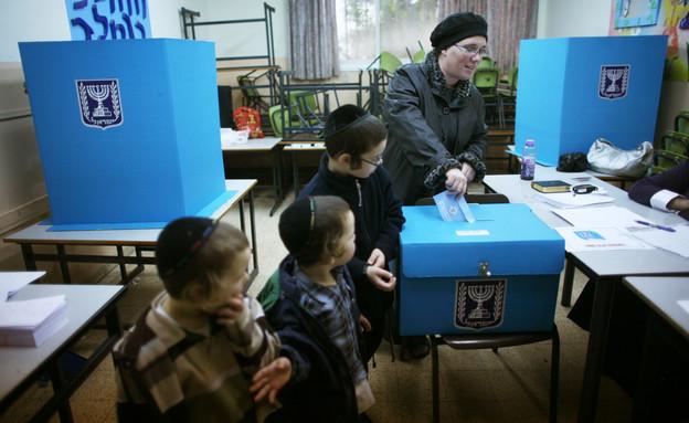 חרדית מצביעה בבחירות 2009 בבני ברק (צילום: אוריאל סיני, getty images)