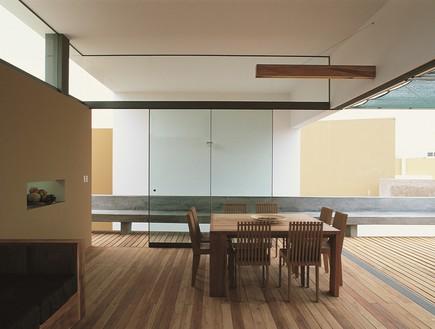 בית אקיס, שולחן (צילום: Barclay & Crousse)