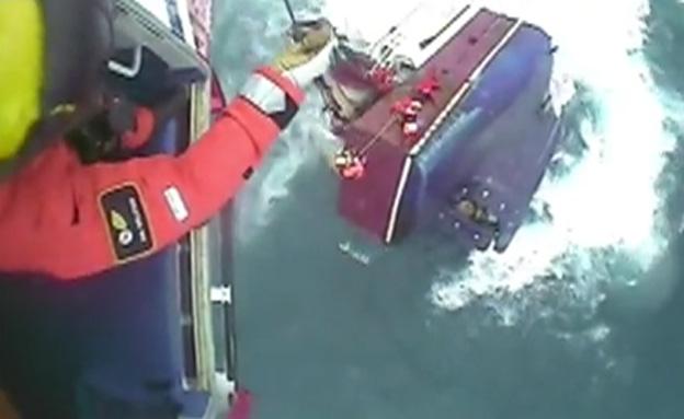 צפו ברגעי החילוץ הדרמטיים (צילום: sky news)