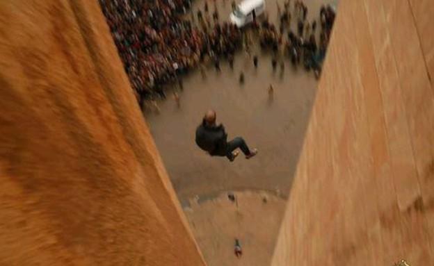 """דאע""""ש משליכים הומואים מהגגות"""