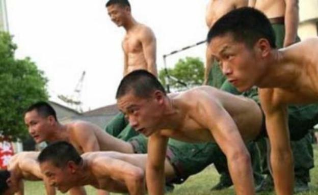שכיבות סמיכה בסינית (צילום: theBRIGADE)