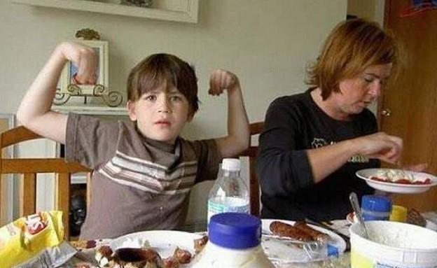 עושה שרירים (צילום: heavy.com)