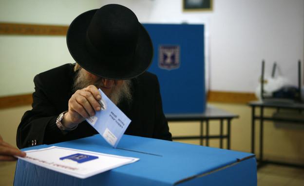 חרדי מצביע בבחירות לכנסת, 2009 (צילום: Getty Images, GettyImages IL)