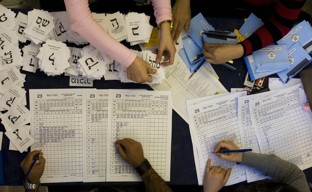 ועדת קלפי סופרת את הקולות, בחירות 2009 (צילום: ap)