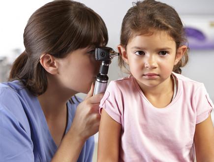 רופאה בודקת לילדה את האוזן (אילוסטרציה: אימג'בנק / Thinkstock)