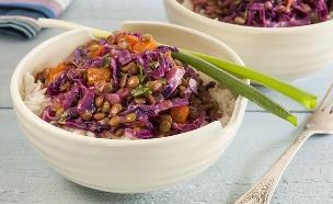 תבשיל עדשים וירקות על אורז לבן (צילום: אסף אמברם, אוכל טוב)