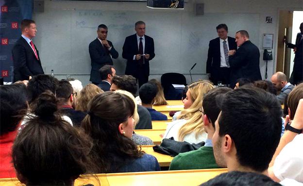 תיעוד: שגריר ישראל בבריטניה נאם, הסטודנטים מחו