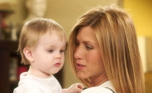 """ג'ניפר אניסטון עם התינוקת אמה ב""""חברים"""" (צילום: צילום מסך)"""