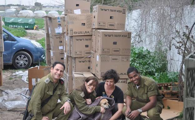 """צה""""ל תרם אלף שמיכות לבעלי חיים (צילום: ניר גולד)"""