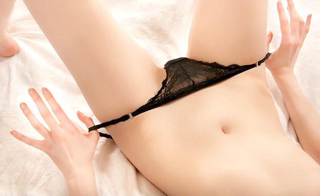 אישה מסירה תחתונים (צילום: Thinkstock)
