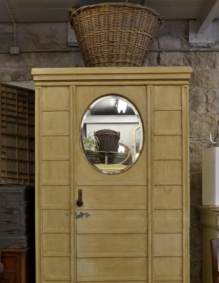 חנויות עיצוב חדשות ארון בגדים אירופי עם מראה עגולה, מחיר 1800  (צילום: טליה בן אריה)