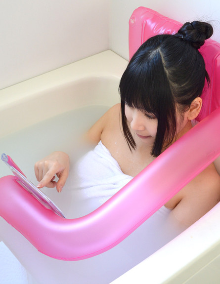 החמישייה 9.2., כרית מתנפחת לשימוש בנייד באמבט (צילום: Thanko)