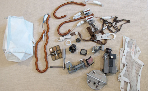 החפצים שנמצאו בביתו של ארמסטרונג (צילום: מתוך אתר collectspace)
