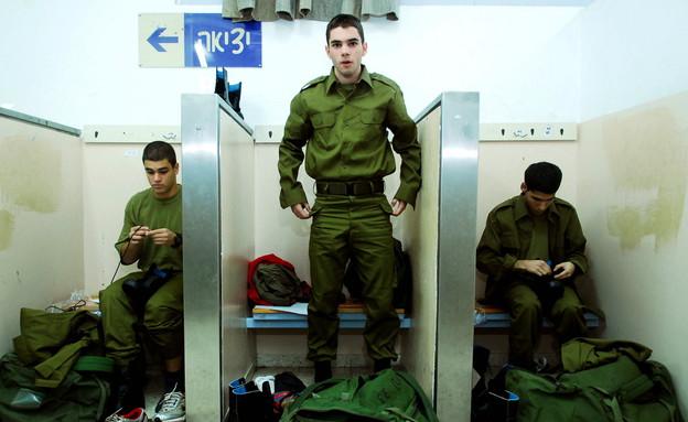 """חיילים בשרשרת חיול (צילום: דובר צה""""ל, באדיבות גרעיני החיילים)"""