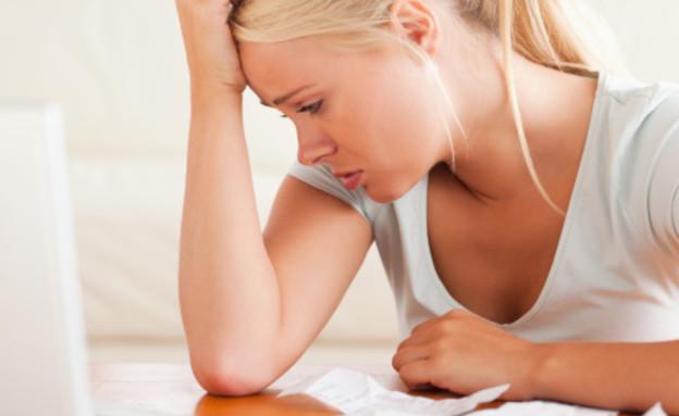 אישה עצובה מול מחשב (צילום: אימג'בנק / Thinkstock)