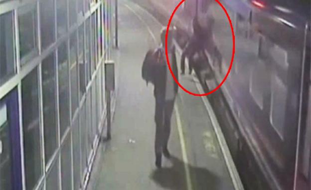 צפו: נפל על פסי רכבת וניצל בנס