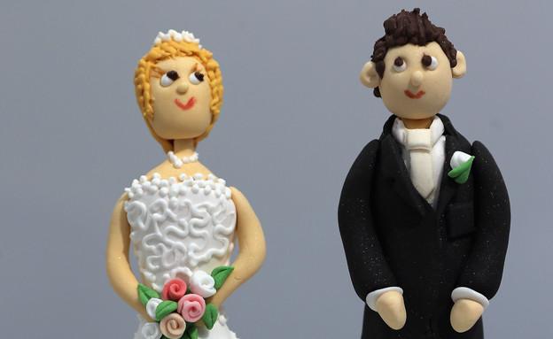 דמויות חתן וכלה על עוגה (צילום: Dan Kitwood, GettyImages IL)