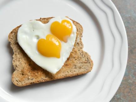 שתי ביצי עין בצורת לב (צילום: PeskyMonkey, Istock)