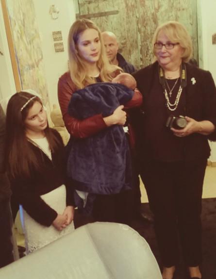 אסתי גיזנבורג עם התינוק בברית