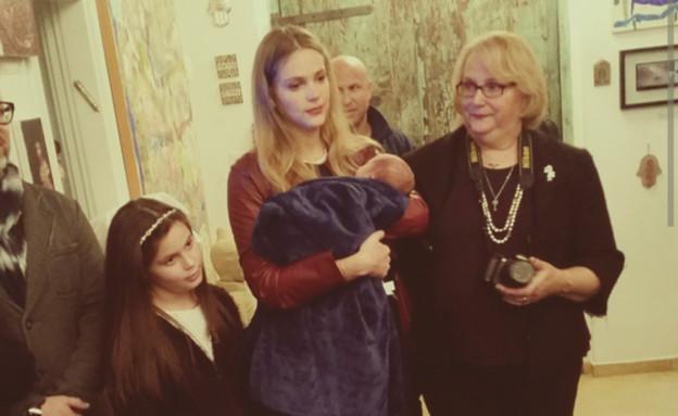 אסתי גיזנבורג עם התינוק בברית (צילום: מתוך האינסטגרם של שי אביטל)