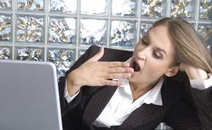 אשת עסקים עייפה (צילום: Darkcloud, Istock)
