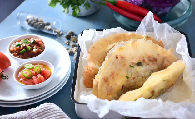 בריק טוניסאי עם טונה, ביצה ופלפל חריף (צילום: נמרוד סונדרס, אוכל טוב)