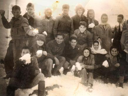 ילדים משחקים בשלג בת