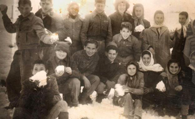 """ילדים משחקים בשלג בת""""א, 1950 (צילום: מקסימה גרליץ, פיקיוויקי)"""