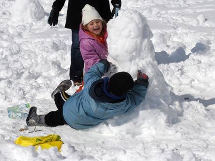 הולכים לבנות בובות שלג במקום ללמוד (צילום: החדשות 2)