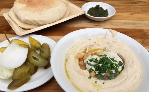 עזורה תל אביב חומוס (צילום: אוכל טוב)