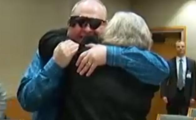 צפו: עיוור ראה את אשתו אחרי יותר מעשור