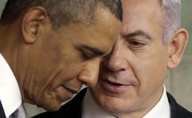 ברק אובמה מקשיב לבנימין נתניהו במהלך ביקור ביד ושם, מארס 2013 (צילום: ap)