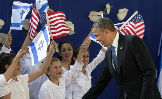 ברק אובמה לוחץ יד לילדים ישראלים בביקורו בירושלים, מארס 2013 (צילום: ap)