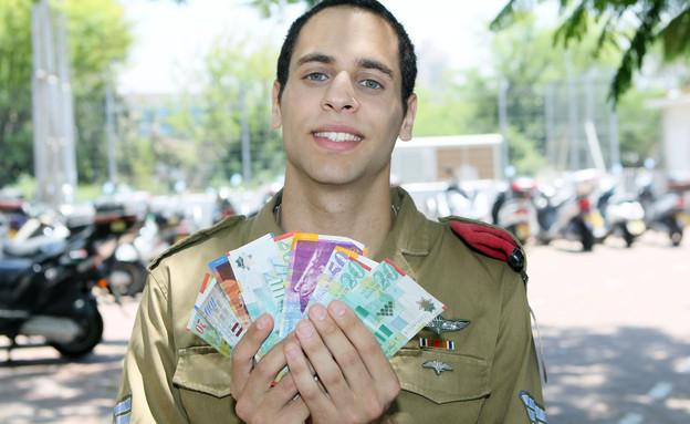 """חייל צנחנים עם שטרות כסף (צילום: עודד קרני, פז""""ם)"""