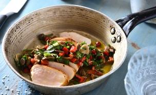 חזה עוף צרוב ברוטב חם (צילום: נמרוד סונדרס, אוכל טוב)