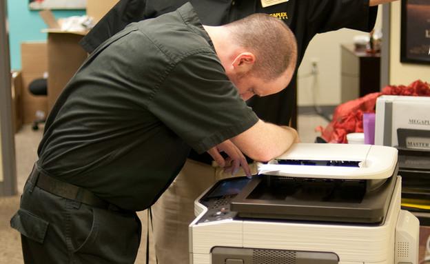 איש מנסה לשלוח פקס (צילום: Mike Renlund, Flickr)