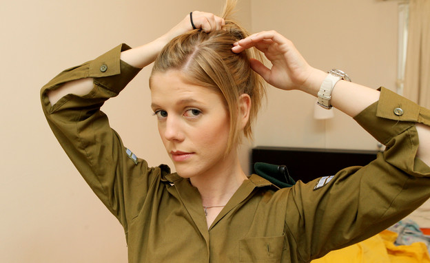 פזם חיילת אוספת את השיער (צילום: עודד קרני)