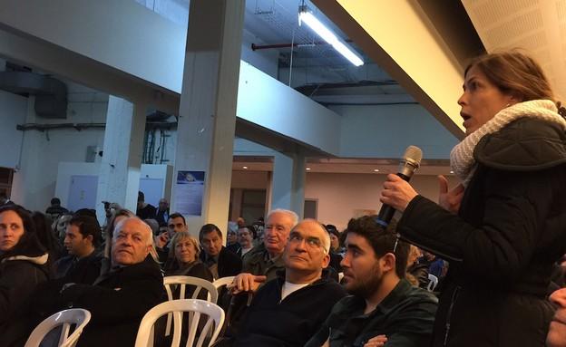 תושבת כפר סבא שואלת שאלה בכנס בחירות של יאיר לפיד (צילום: טל שניידר)