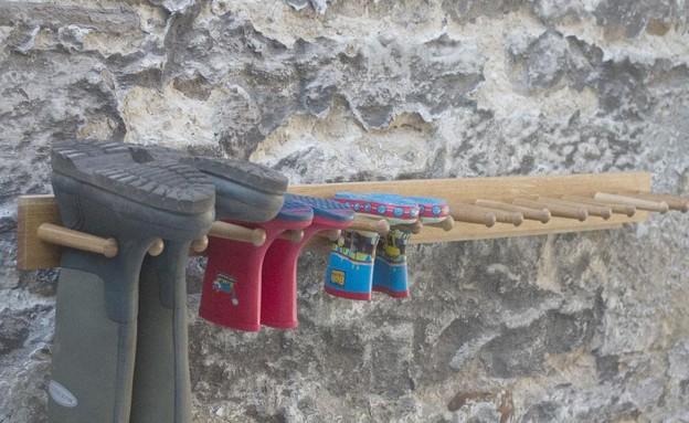 אחסון נעליים 03, לתלות את הנעליים לייבוש בחוץ (צילום: works-in-wood.co.uk)