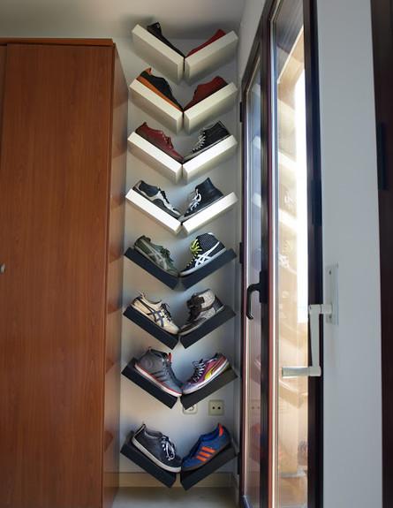 אחסון נעליים 04, סידור מקורי של אוסף הנעליים בעזרת מדפים פשוטים (צילום: millaveallen.com)