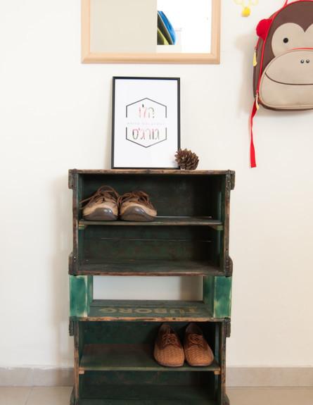 אחסון נעליים 11, ארגזי בירה שהפכו למדפי נעליים למבואת כניסה (צילום: אביבית ויסמן עיצוב-קרן בר)