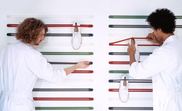 אחסון נעליים 12, מתקן תלייה בהשראת גומיות אופניים (צילום: NL Architects, droog.com)