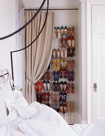 אחסון נעליים 16, ניצול אידיאלי של נישה קיימת בחלל קטן (צילום: Steven Randazzo, Domino)
