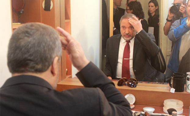 ליברמן בחדר האיפור