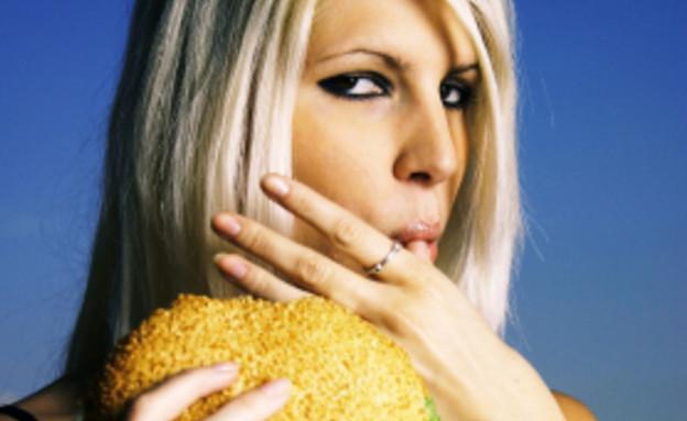אישה אוכלת המבורגר