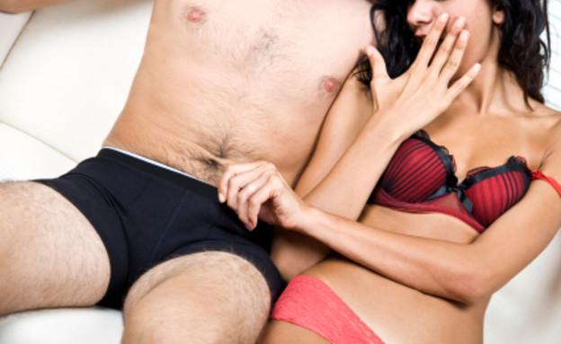 אישה מציצה לגבר בתחתונים (צילום: Orange-Melody, Istock)
