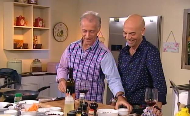 מתי כספי שר ומבשל לפבלו (תמונת AVI: מתוך פבלו, אוכל וחברים, ערוץ 24)